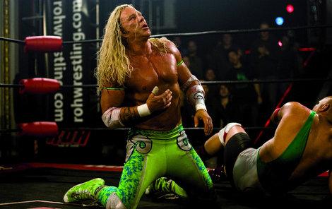 Ve filmu hrál i drsného wrestlera.