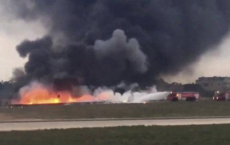 Letadlo začalo po dopadu okamžitě hořet.