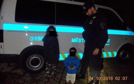 Děti domů odvezli až strážníci.