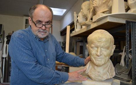 Radim Hanke s modelem papežovy hlavy.