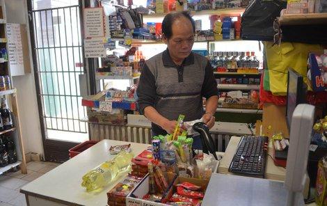 Zákazníci byli rádi, že o svátku otevřel aspoň vietnamský prodejce.