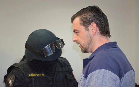 Petr Kramný ve vězeňském mundúru u ostravského soudu.