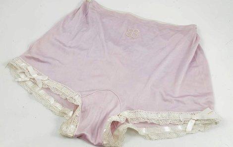 Na hedvábné kalhotky si nechala vyšít iniciály EB.