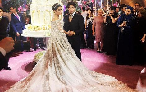 Jenom šaty vyšly nevěstu na 15 mega.