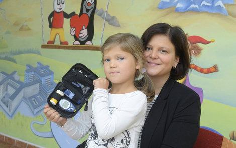 Amálka s maminkou Klárou. Holčička musí do školy chodit s tímto glukometrem.
