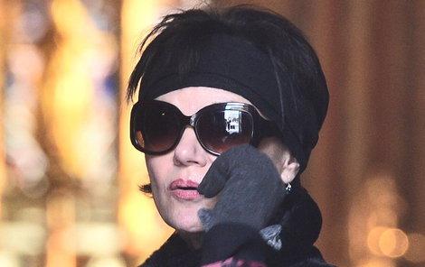 Simona Postlerová schovává smutek za tmavými brýlemi.