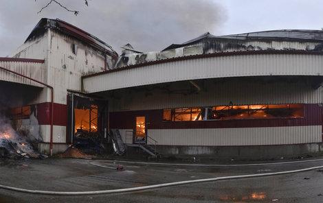 Škoda po nočním požáru činí nejméně sto milionů korun.