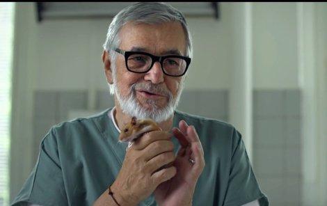 V reklamě na banku Bartoška hraje veterináře.