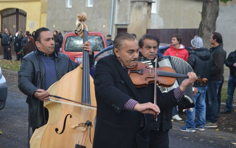 Průvod kráčel za zvuků cikánské muziky.