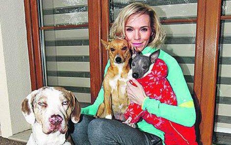 Její domácí mazlíčci Drago a Rozinka fungují jako psychoterapeuti.