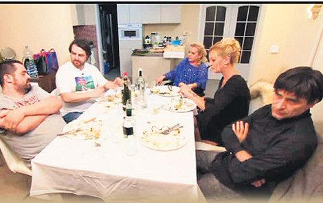 Po odchodu Jiřího Krampola zavládlo u stolu dusno.