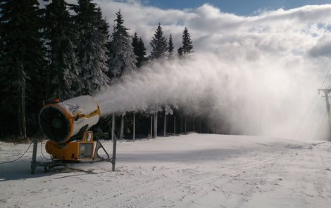 Sjezdovka na Černé hoře v Janských Lázních se intenzivně zasněžuje. Už zítra se bude lyžovat.