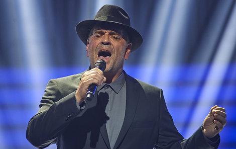 Etzler zazpíval jako Cohen píseň Hallelujah.