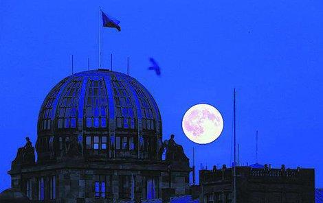 Měsíc se vzdaluje a přibližuje Zemi kvůli eliptické oběžné dráze, která je ještě proměnlivá. Jedna otočka kolem své osy znamená i jeden oběh okolo Země.