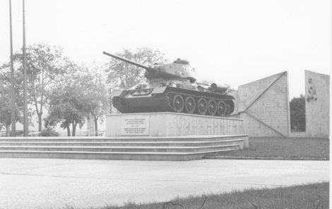 Obří betonový památník osvobození, který zabíral plochu téměř jednoho fotbalového hřiště, byl z dílny architektů jihlavského Stavoprojektu. Hrob Filipa Bartáka, který na jednom ze sovětských tanků zahynul. 11