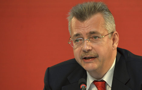 Jaroslav Tvrdík a červené pozadí...