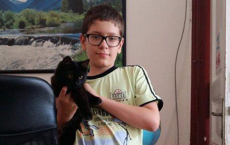 Felix v náručí svého zachránce Filipa.