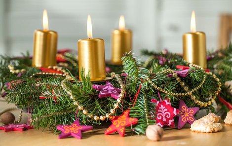 Adventní věnec patří k vánoční výzdobě.