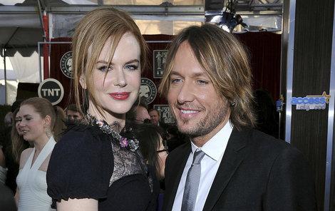 Hrdličky jen naoko? Nicole a Keith vypadají spokojeně...
