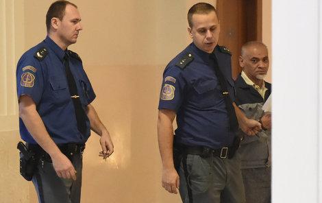 Sexuální delikvent Zdeněk T. se před vstupem do soudní síně krčil v rohu.