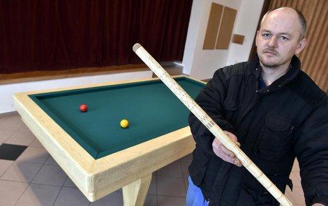 Zdeněk je fanda kulečníku, výrobou stolu strávil 11 let.