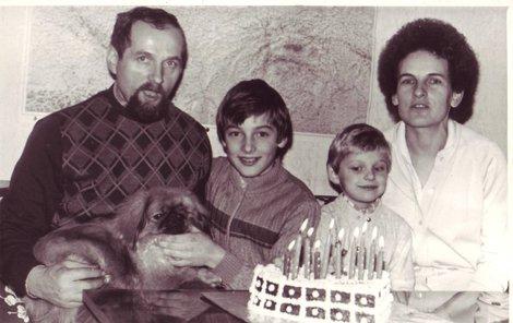 1984. Neuvěřitelná podoba s maminkou. Moderátor doma našel i fotografii ze oslavy svých desátých narozenin, na které je s tatínkem, sestrou a maminkou, které jako by Roman z oka vypadl.