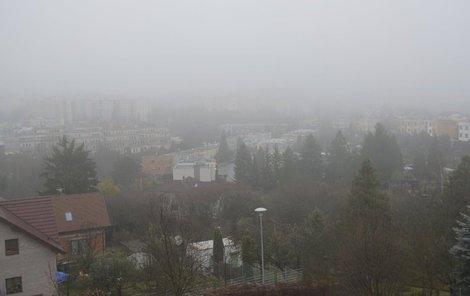 Plzeň. 25. listopadu 2016, 08:10. Pohled ze střechy Českého hydrometeorologického ústavu v Plzni na sídliště Lochotín.