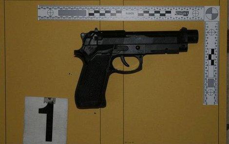 Jeden z pachatelů přitom na oběť mířil pistolí.