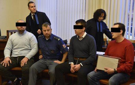Trojice obžalovaných u soudu.