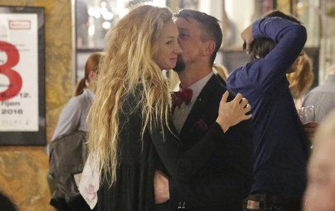 Nesvadbová se nechala od přítele neustále líbat a objímat.