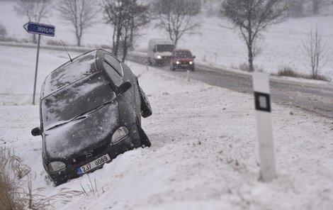 Nehoda u Třeštic na Jihlavsku, podle odborníků neumí Češi jezdit na sněhu a myslí si, že když mají zimní obutí, mohou jezdit jako v létě.