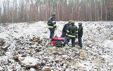 Pyrotechnici sbírají munici a pro policii důkazy o příčinách exploze.