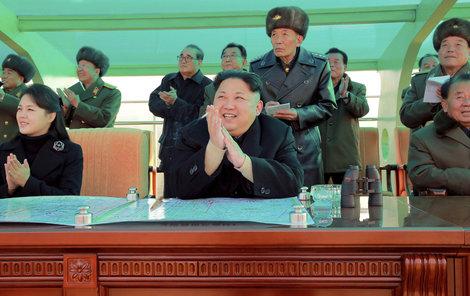 Ri Sol-ču na přehlídce s Kimem a šéfy severokorejského letectva.
