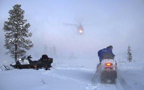 Policisté nasadili sněžné skútry.