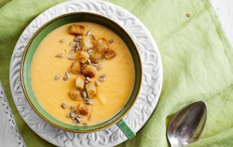 Batátový krém můžete doplnit o čočku, která polévku zahustí.