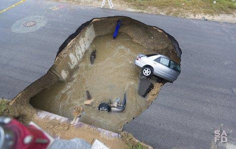 Než stihli silnici uzavřít, spadlo do díry další auto.