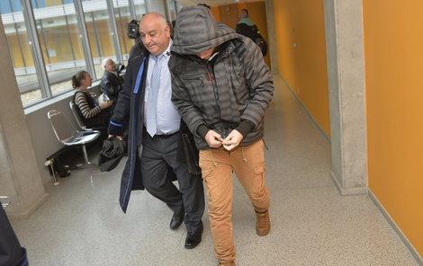 Jeden ze studentů se u soudu maskoval.