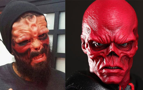 Odoperovaný (vpravo) nos si nechal na památku. Red Skulla ve filmu Kapitán Amerika: První Avenger z roku 2011 ztvárnil Hugo Weaving.
