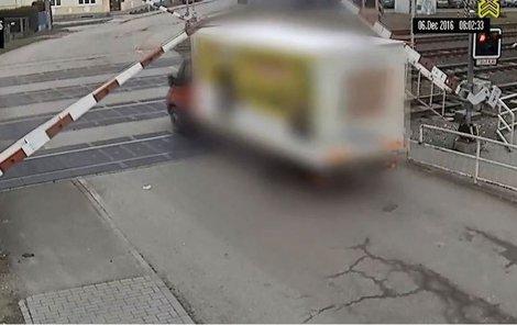 Řidič vyrazil na koleje, i když světela signalizovala »stůj«.