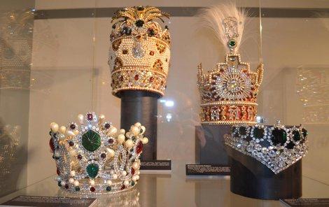 Diadémy a koruny milovali rovněž perský šáh Muhammad Rezá Pahlaví (1919–1980) a jeho manželka Farah. Na koruně (vlevo) je 1469 diamantů, 36 smaragdů, 36 rubínů a 105 perel.