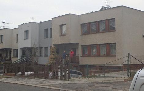 Rohový dům manželů Vavříkových údajně zahalují zplodiny krbu ze sousedství.