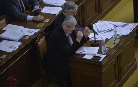 Jo, je to doma. Protikuřácký zákon je schválen. Nový ministr zdravotnictví Ludvík si radostí zatleskal.