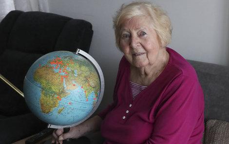 Seniorka Eva Mojžíšová si do globusu označovala země, které navštívila.