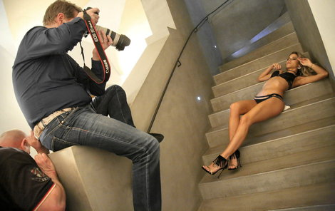 Veronika ležela na chladném schodišti.