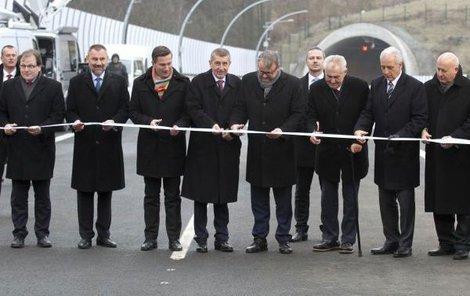 Slavnostní přestřižení pásky. Konec za problémy s dálnici to rozhodně nebyl.