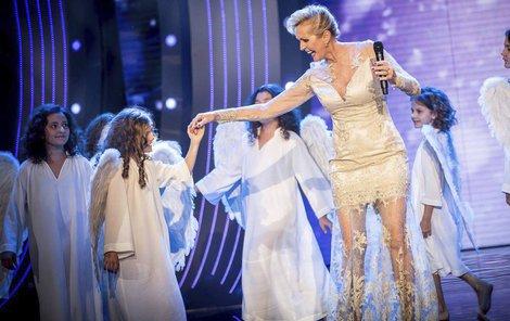 Helena na pódiu se suitou andílků. Jako vždy dokonalá...