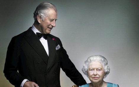 Dívá se Charles tak zasněně na svou maminku, nebo na její trůn?