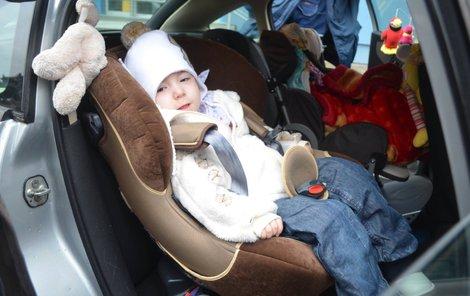 Eliška v autosedačce natěšená na cestu. O auto ale možná její maminka přijde.