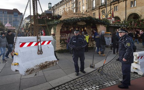 Policisté u největšího drážďanského trhu dohlížejí na instalaci zábran.