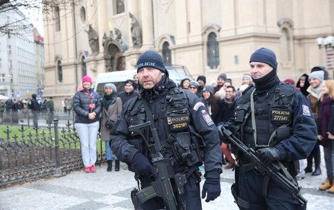 Staroměstské náměstí střeží policisté se samopaly a neprůstřelnými vestami.